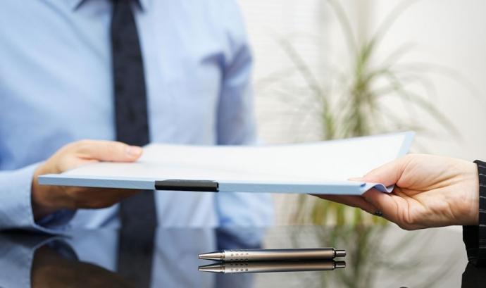 Persones lliurant documents. Font: RTVE.es Font: