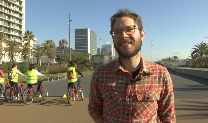 L'Adrià Arenas és un dels membres del BACC que ensenya a anar en bici al 'Biciescola'. Font: LaviniaNext