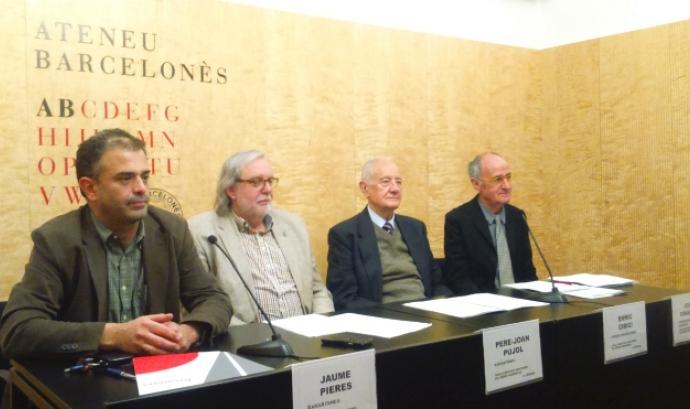 D'esquerra a dreta: Jaume Pieres (XarxAteneus), Pere-Joan Pujol (XarxAteneus); Enric Cirici (Ateneu Barcelonès) i Josep Cruanyes (Comissió per la Dignitat). Font: