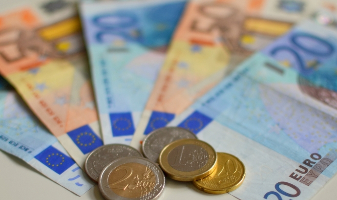 Euro Note Currency - EnvironmentBlog - Flickr Font: