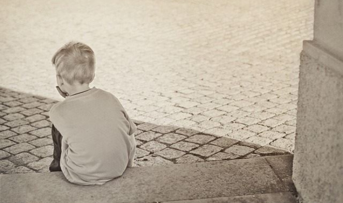 Nen assegut al carrer. Font: Europa Press Font: