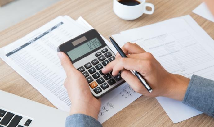 La comunicació bancària permet conèixer els cobraments i pagaments que s'estan produint a l'entitat. Font: Freepik.