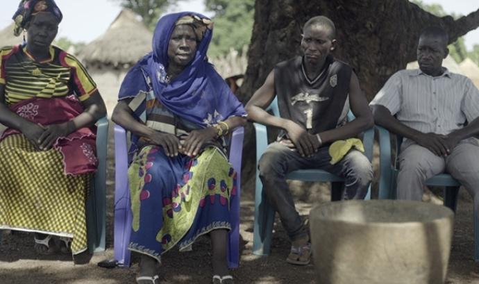 D'esquerra a dreta, la germana, la mare i els dos germans de Diallo a Tindila, Guinea Conakry. Font: Metromuster Font: