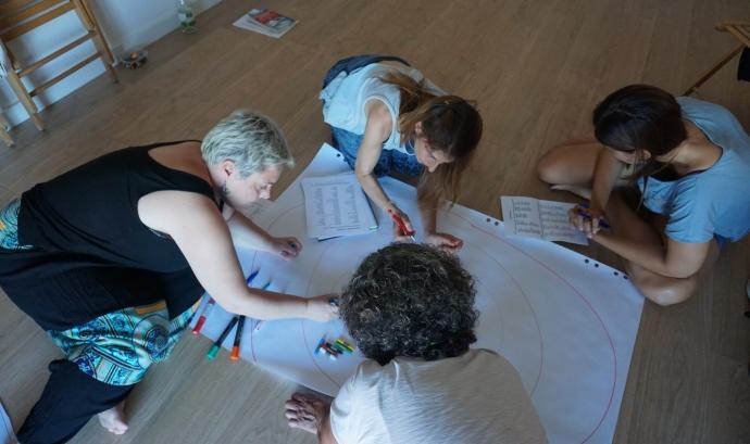Una sessió dirigida per Ángeles G. Gordillo, una de les formadores de la Federació Catalana de Voluntariat Social. Font: Ángeles G. Gordillo