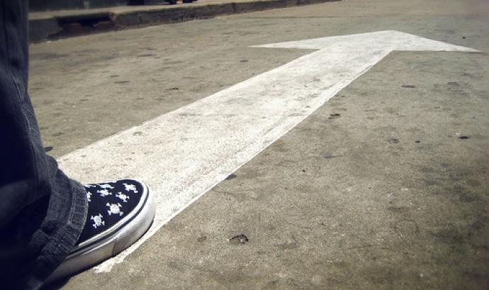 Fotografia d'una fletxa en un carrer - Eduardo - Flickr Font: