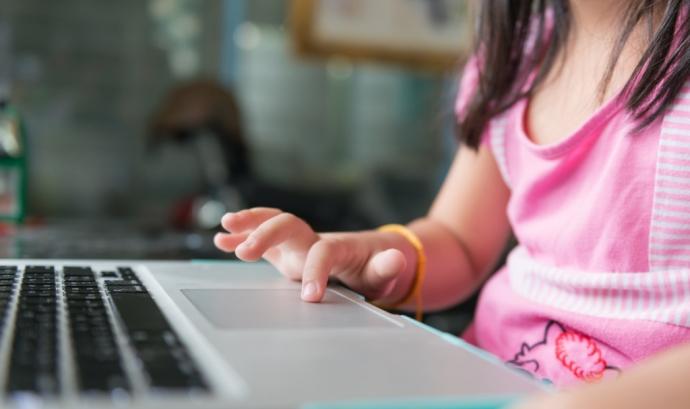 Nena utilitzant un ordinador portàtil. Font: web menorsiprivacitat.cat