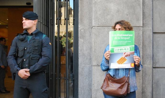 Una dona es manifesta al costat d'un agent de la Guàrdia Civil