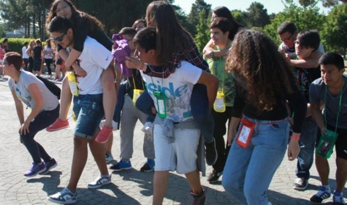 Joves participant en una gimcana. Font: Fundació Catalana de l'Esplai