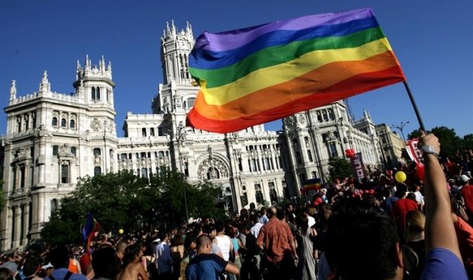 Fotografia de la manifestació de l'orgull gai treta del web de FELGTB