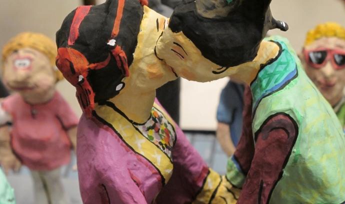 Dos gegants fent-se un petó a l'exposició 'Gegants, humor, fantasia i realitat' (Jaume Sendra) Font: