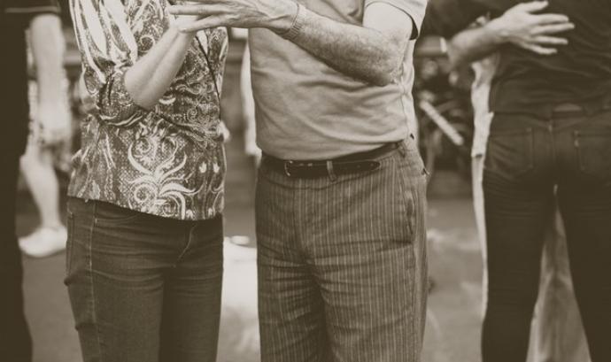 Dues persones grans ballen. Font: Unsplash