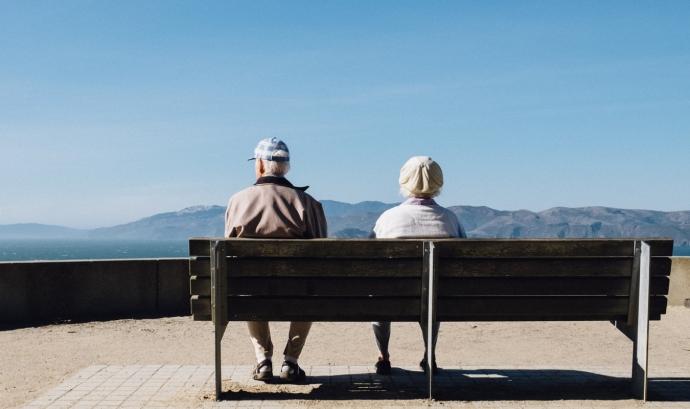 Amics de la Gent Gran organitza 'Vacances Amigues', per oferir uns dies de socialització per a persones grans que passarien l'estiu soles a casa. Font: Unsplash. Font: Font: Unsplash.