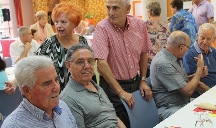 Gent gran en un menjador