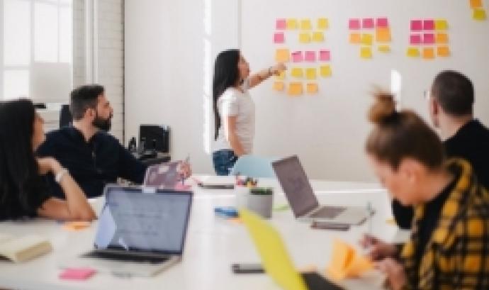 L'objectiu és aprofundir en la gestió associativa en l'àmbit de projectes i comunicació. Font: unsplash.