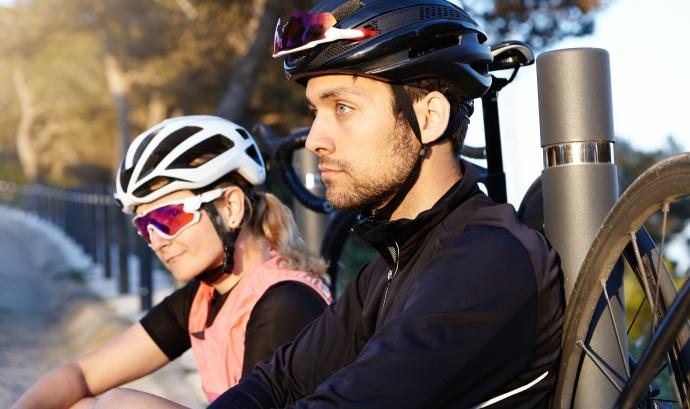 Cada cop és més habitual fer rutes en bicicleta com a forma de turisme. Font: Freepik.