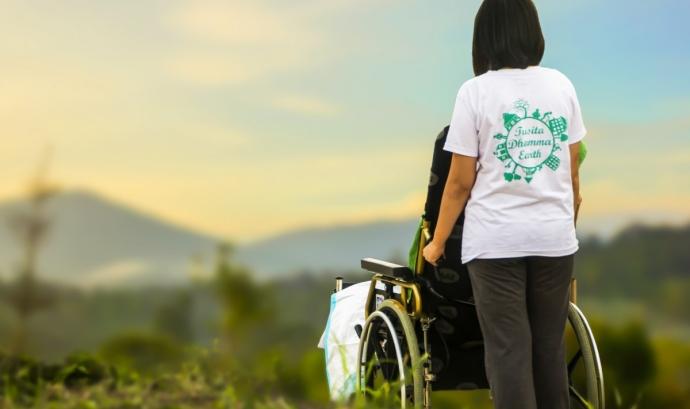 Sortida a la natura d'una persona amb discapacitat física. Font: Pxhere