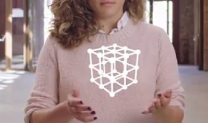 Una dona amb un cub virtual