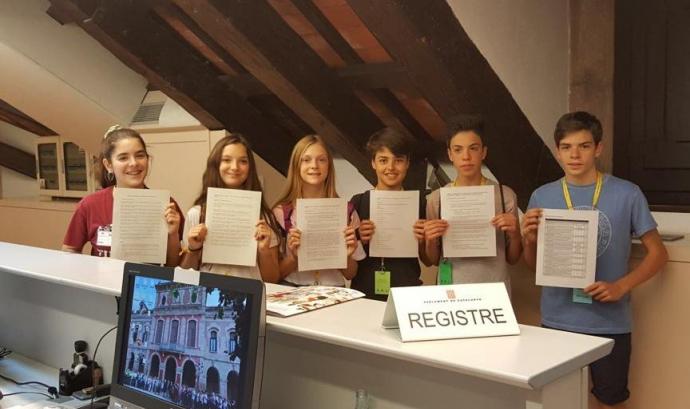 Alumnes mostrant la propsota al registre