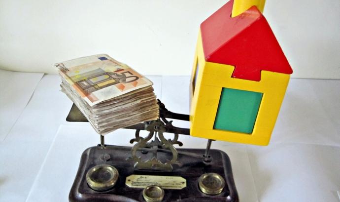 Diners i casa de joguina sobre una balança. Font: images_of_money (flickr.com) Font: