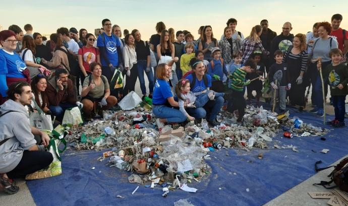 En finalitzar la recollida, els voluntaris fan una muntanya amb la brossa i la categoritzen. Font: LaviniaNext