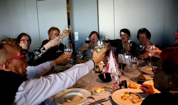 Un brindis al dinar de Nadal de 2019 organitzat per Amics de la Gent Gran a Badalona. Font: Àngels Such