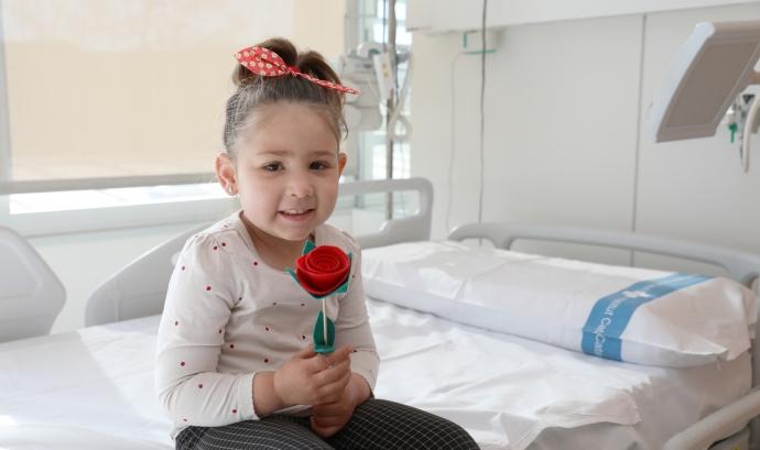 Una de les nenes ingressades a Vall d'Hebron amb la rosa solidària de Sant Jordi. Font: Hospital Vall d'Hebron