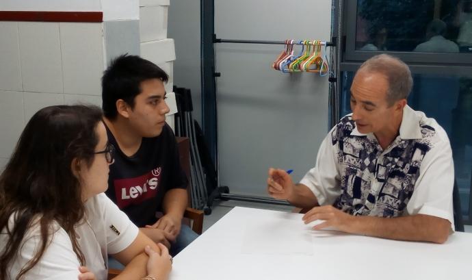 En Pere, mentor de joves en risc d'exclusió social, a la dreta de la imatge.
