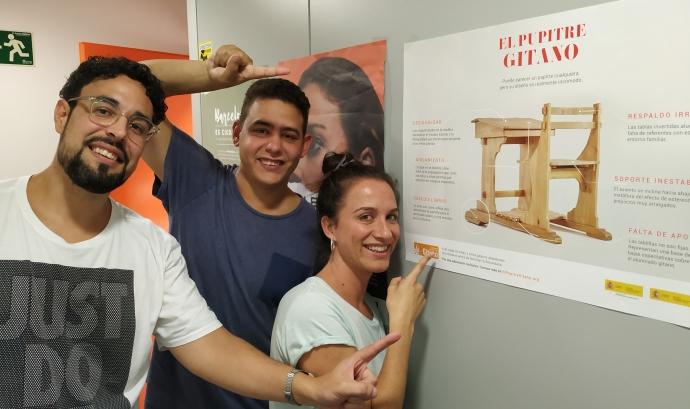 El Miguel, el Jordi i la Patrícia, de la Fundació Secretariado Gitano, ens parlen de la campanya 'Pupitre Gitano'. Font: Josep Carbonell