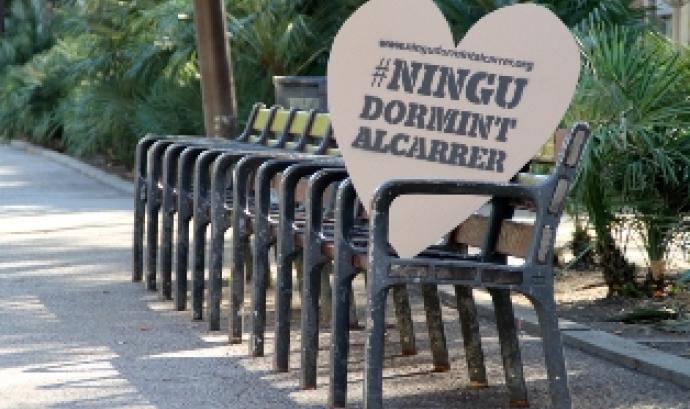 Milers de cors de cartró per dir #ningudormintalcarrer Font: