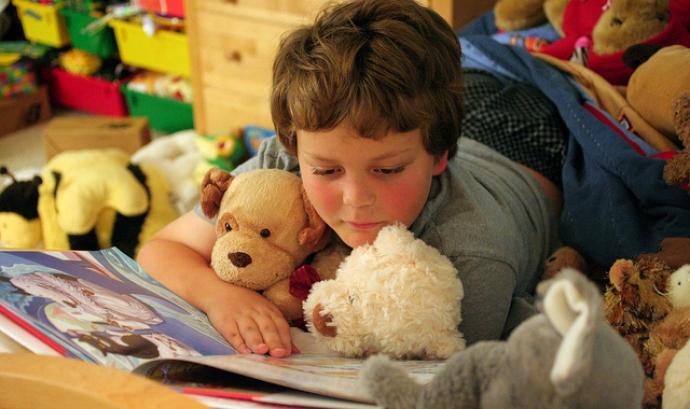 Nen llegint. Font: Imatge CC BY 2.0 de John Morgan (Flickr) Font: