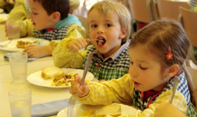 Imatge infants dinant al menjador. Font: web. fapac.cat  Font: