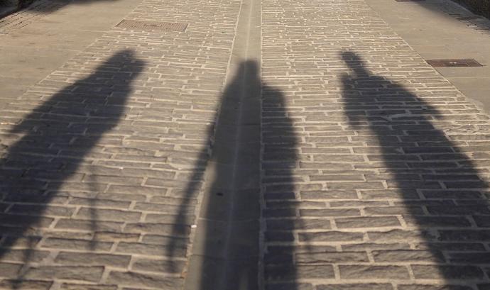 Ombres de persones al carrer