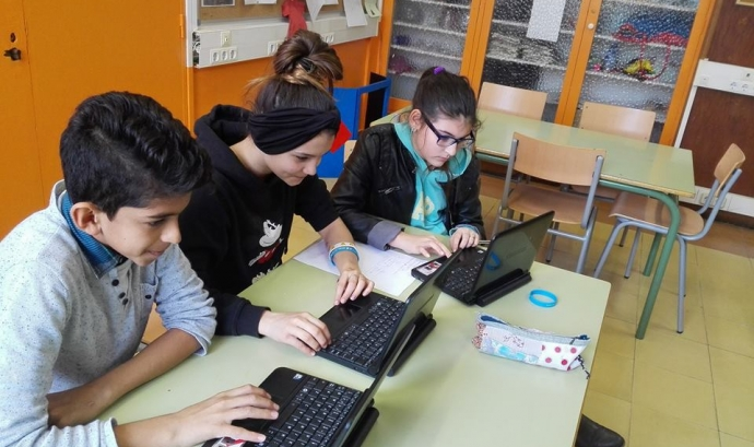 Alumnes de l'Institut Milà i Fontanals del Raval de Barcelona treballant amb ordinadors portàtils