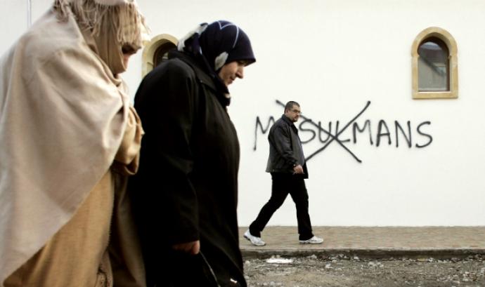 Pintades islamofobes a les parets. Font: playgroundmag.net