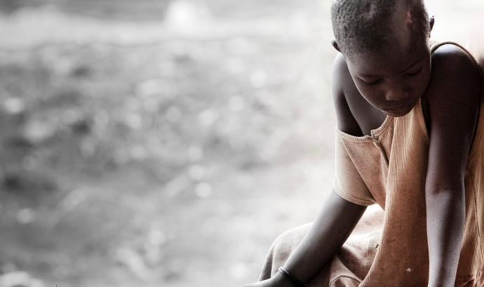 Nena africana, trista i aïllada. Font: Pixabay Font: