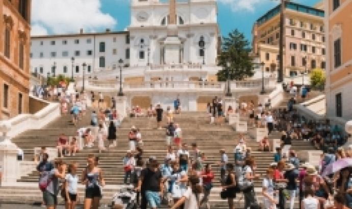 L'objectiu del debat és respondre la pregunta 'Com es pot governar el fenomen turístic des de l'administració pública cuidant la vida a les ciutats?'. Font: Unsplash.