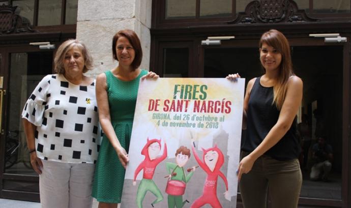 Cristina Culubret, la dissenyadora gironina guanyadora del concurs de cartells, presenta el cartell oficial de les Fires de Sant Narcís amb l'alcaldessa Marta Madrenas