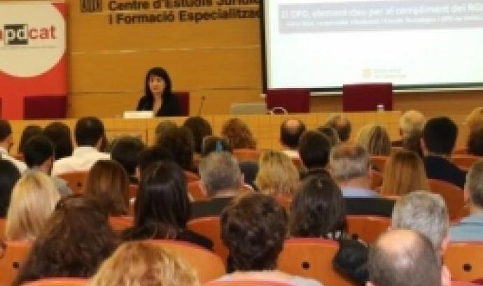 Joana Marí, responsable d'avaluació i estudis tecnològics de l'APDCAT, és una de les ponents de la jornada. Font: APDCAT