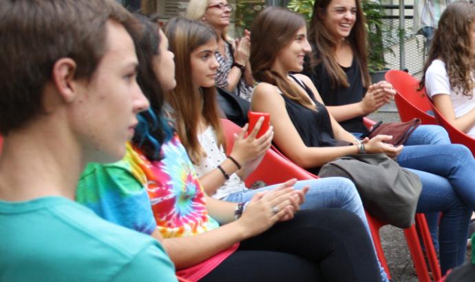 Un grup de joves seuen en cadires