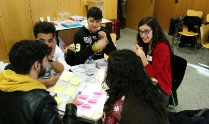 Grup de joves treballant en equip Font: