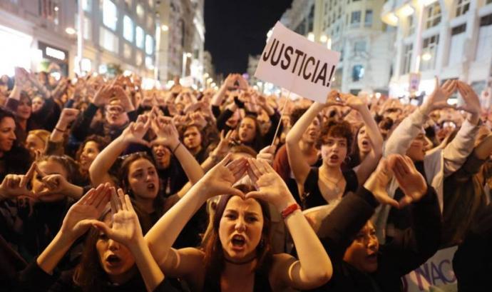 Dones manifestant-se i reclamant justícia
