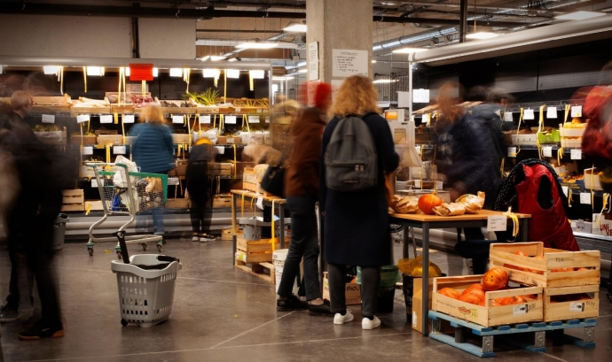 Persones sòcies del supermercat cooperatiu La Louve fent la compra