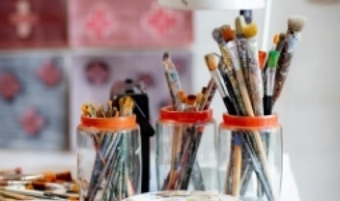 Pots de pinzells damunt d'una taula. Font: Laura Adai