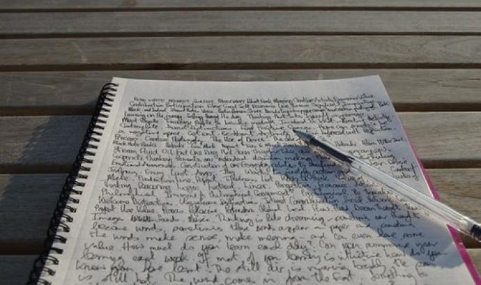 llibreta escrita amb boli_tonyhall_Flickr