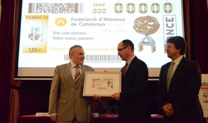 Xavier Grau fa entrega a Salvador Casals el cupó commemoratiu Font: