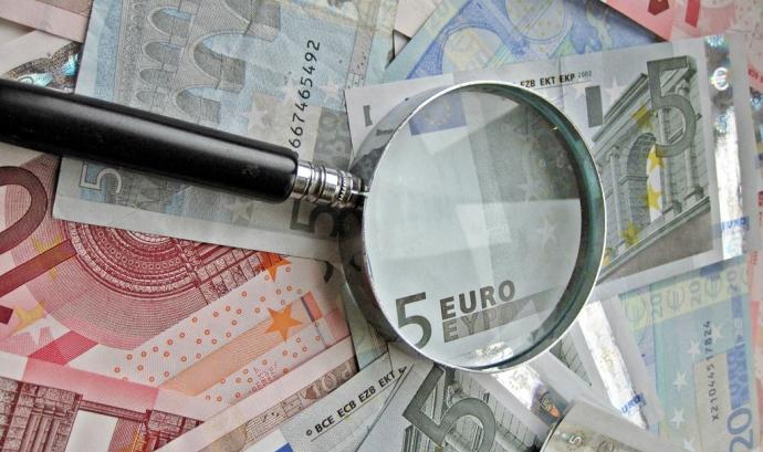 Lupa i bitllets d'euro. Font: Images_of_Money (Flickr) Font: