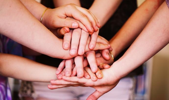 Mans que representen unitat. Font: Wikimedia Font: