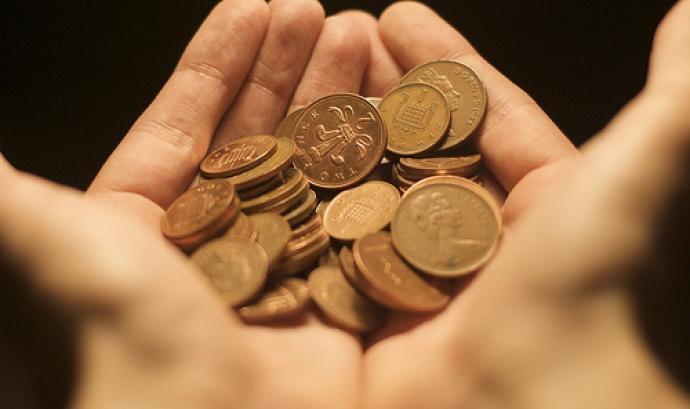 Mans amb monedes_Edd Sowden_Flickr