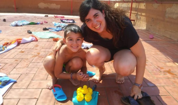 Marta Iglesias de la Fundació La Vinya amb un infant