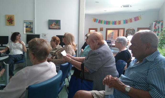 Marta Raventós, en una xerrada amb gent gran.